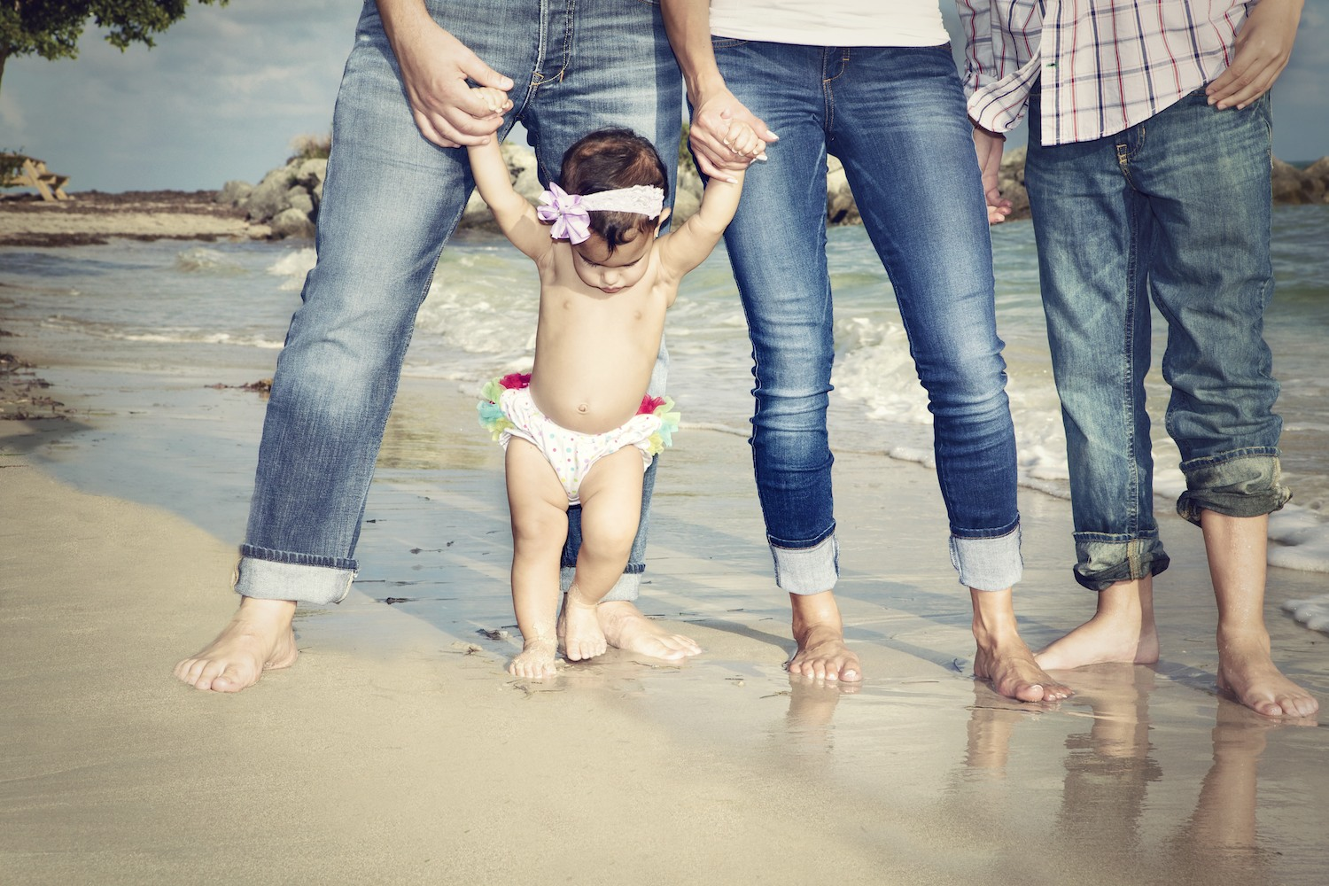 family_miami_portraits_little_girl_beach_foot_prints