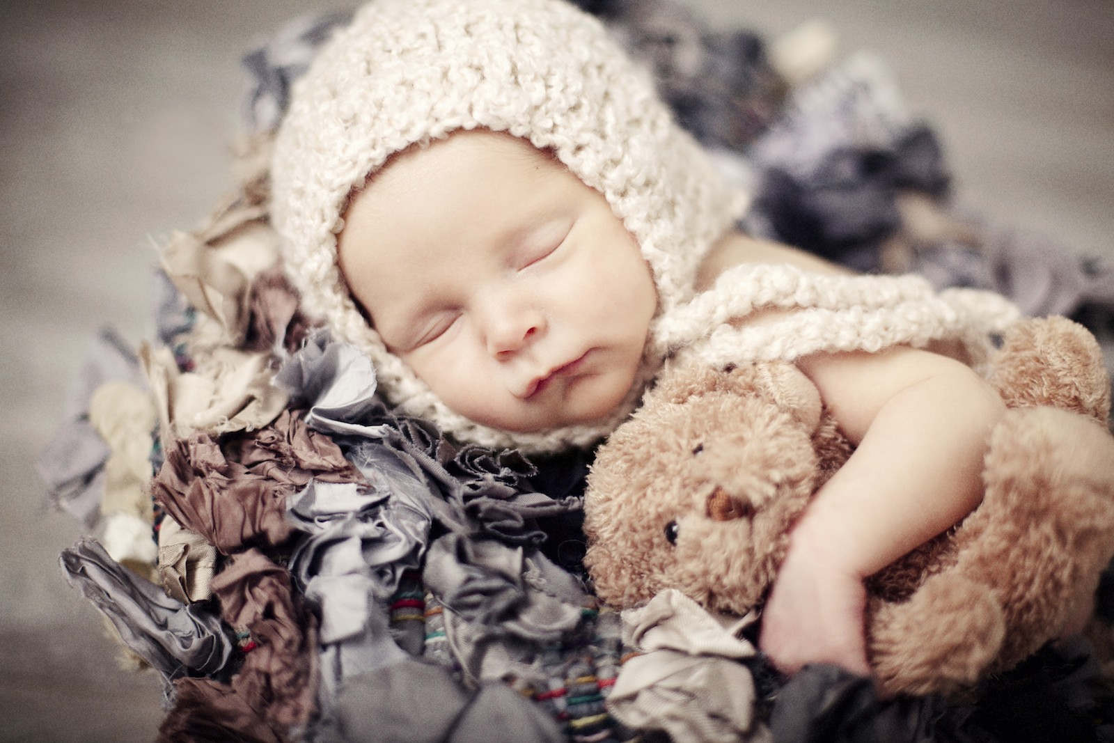 newborn_potographer_miami_in_a_nest_with_a_teddybear